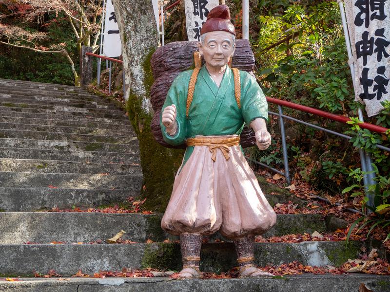 犬山市にある桃太郎神社にある桃太郎のおじいさんの人形。背中に雑木を背負っている