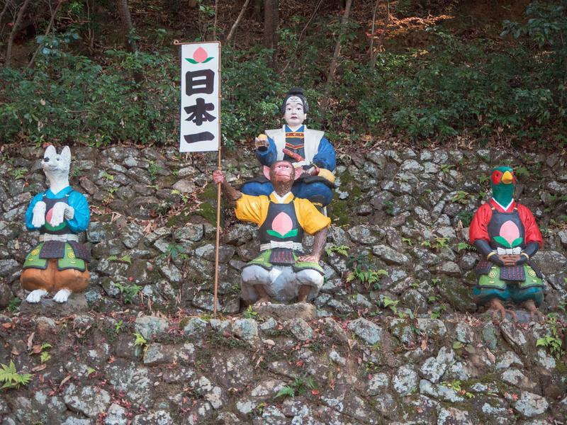 犬山市にある桃太郎神社にある桃太郎の人形。桃太郎の前には犬、雉と「日本一」と書かれたのぼりを持った猿の人形もある
