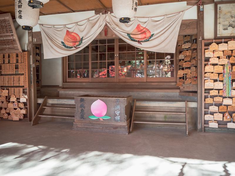 犬山市にある桃太郎神社の本殿。桃が描かれた賽銭箱が設置されている