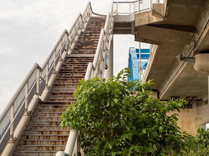 サザンゲートブリッジの途中にある崩れそうな階段