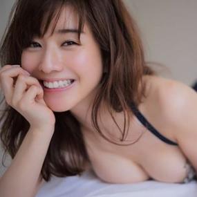 ベッドの上で微笑む田中みな実