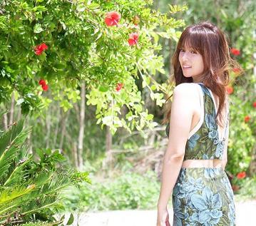 花柄がデザインされた衣服を着用している深田恭子