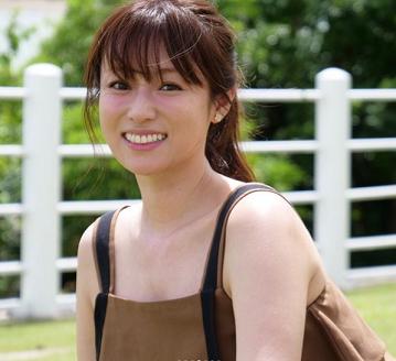 ノースリーブのトップスを着用し笑顔を浮かべている深田恭子