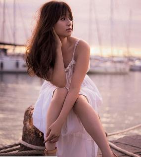 白いドレスを着用しているロングヘアの髪型をしている深田恭子