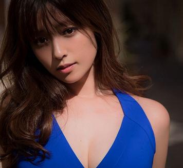 青いドレスを着用し唇を尖らせているロングヘアの髪型をしている深田恭子