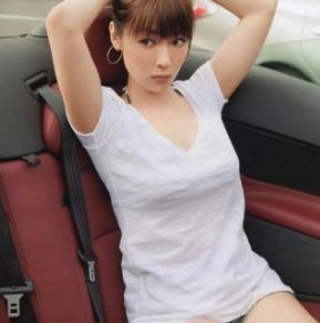白いTシャツ姿で腕を上げている深田恭子