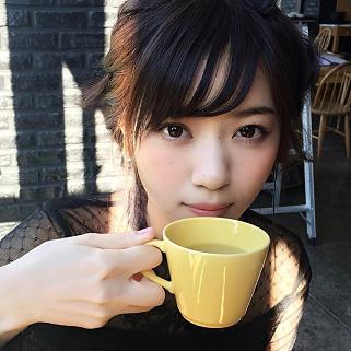マグカップに入ったお茶を飲んでいる西野七瀬