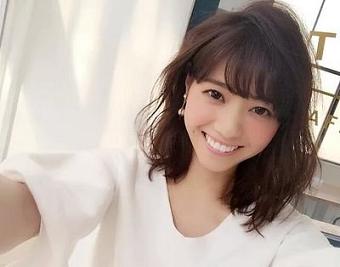 白いロングTシャツ姿で弾ける程の笑顔を浮かべている西野七瀬