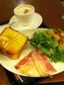 朝食は上島珈琲店の厚切りベーコンエッグです。