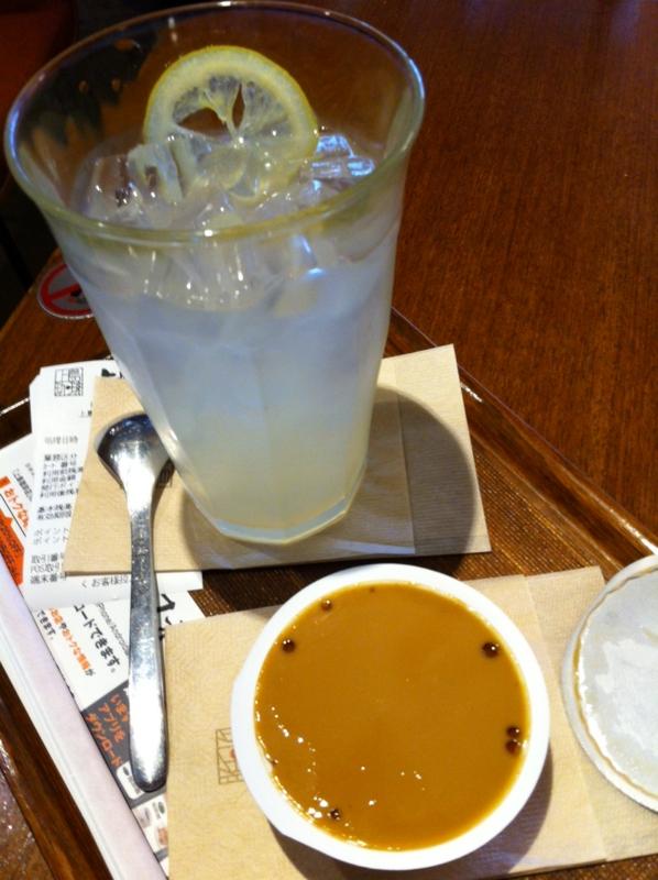 アイスレモネードと珈琲プリンで昼食してます。