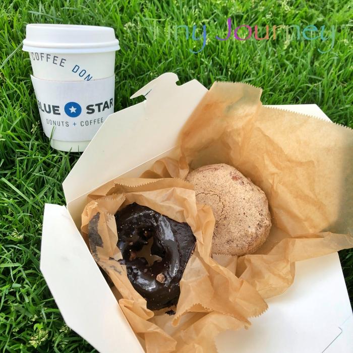 芝生の上のコーヒーとドーナツ