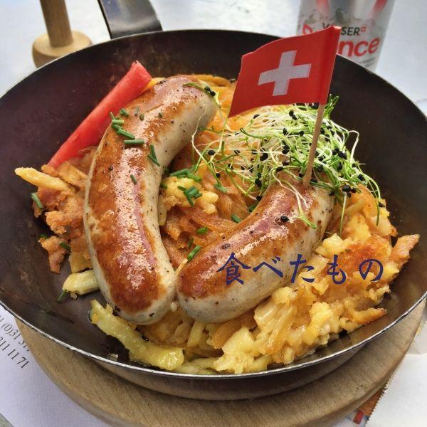 ハッシュドポテトとソーセージにスイス国旗のピック