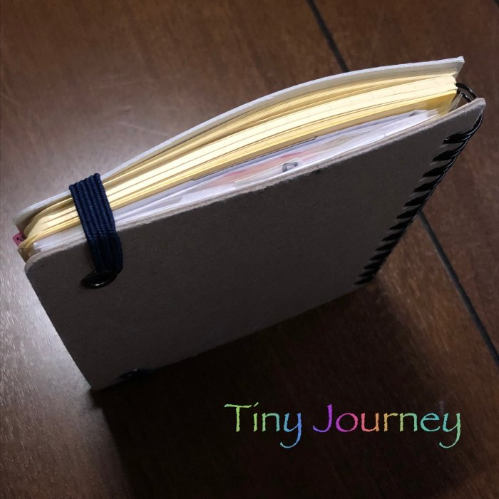 ゴムバンドで留めたノートの断面