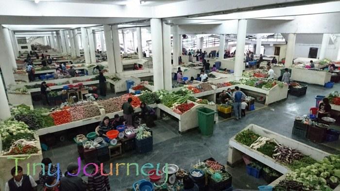明るく開放的な野菜市場