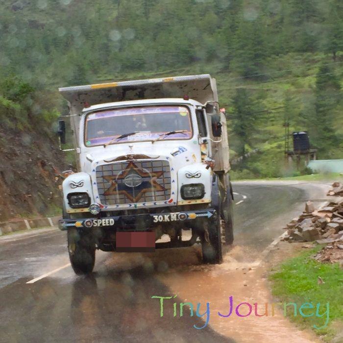 山道を走るトラック