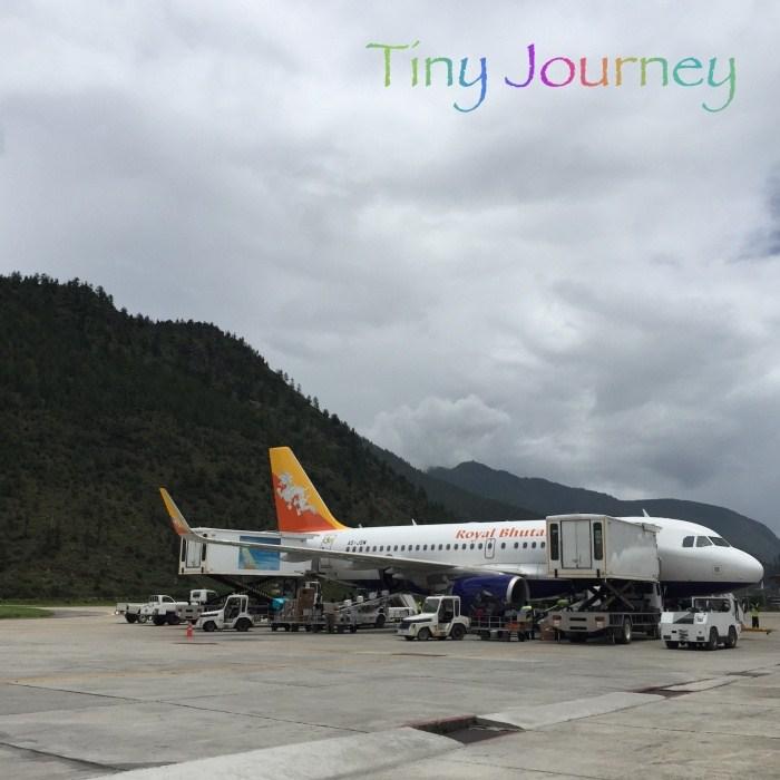 山が迫る空港