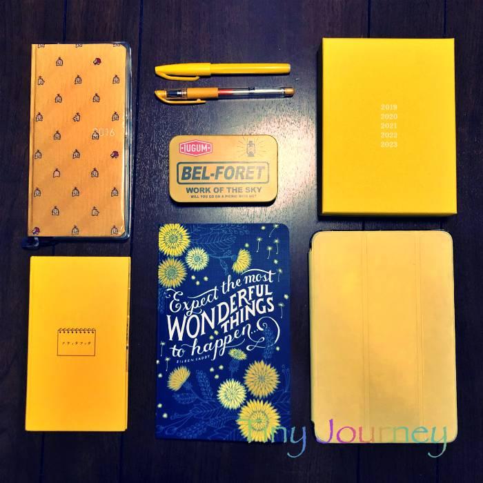 黄色のノートや筆記具やiPadカバー