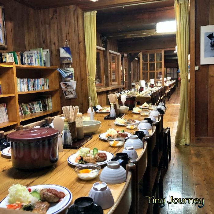 食事の準備が整った山小屋の食堂