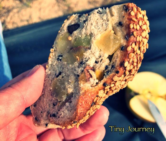 ごろごろ安納芋が入ったゴマパン