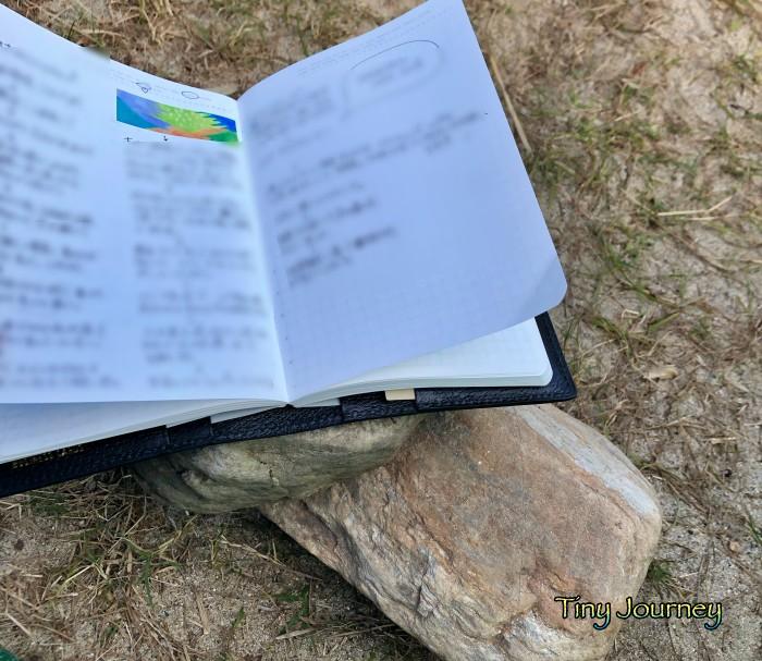 石のテーブルに広げた手帳