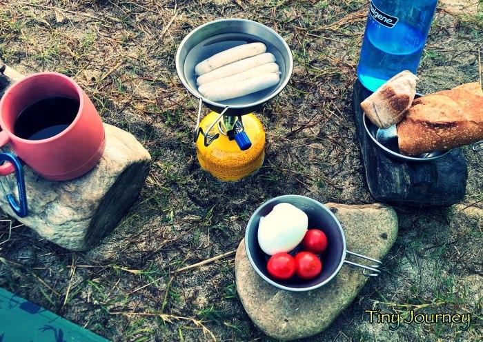 パンやたまごを並べた朝ごはんの食卓