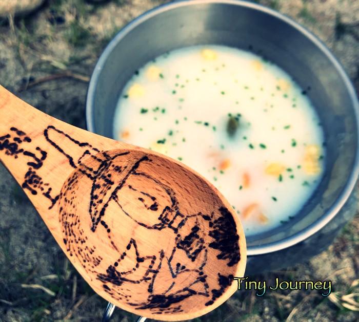 スープパスタと絵付きの木のスプーン