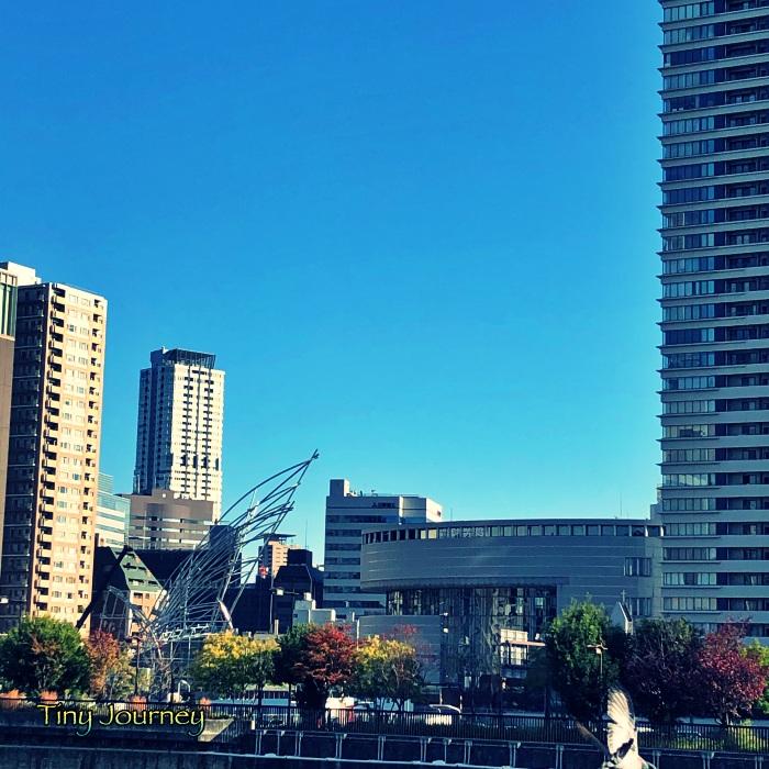 青い空と大阪の街