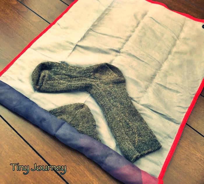 靴下を乗せた吸湿速乾タオルを巻く作業