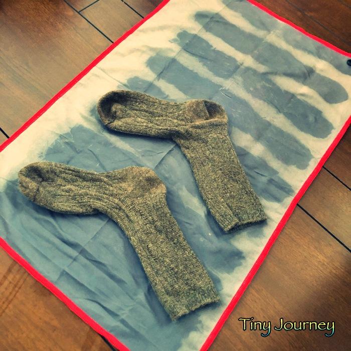 脱水された靴下と吸水速乾タオルの吸水状況