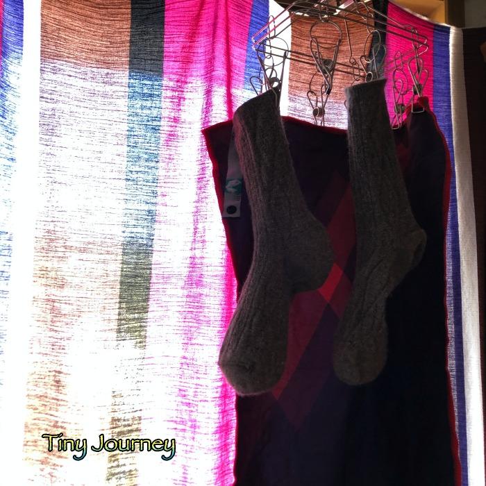 窓際で日陰干しにした靴下と吸水速乾タオル