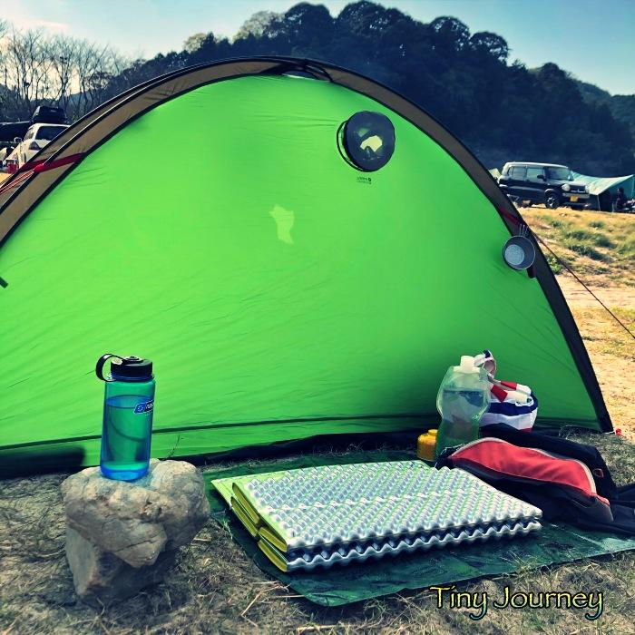 テントとマットを敷いただけのリビングスペース