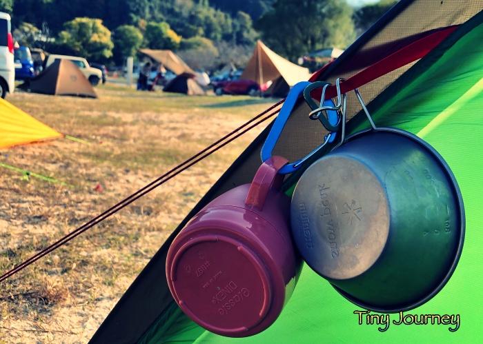 テントに引っ掛けたマグカップとシェラカップ