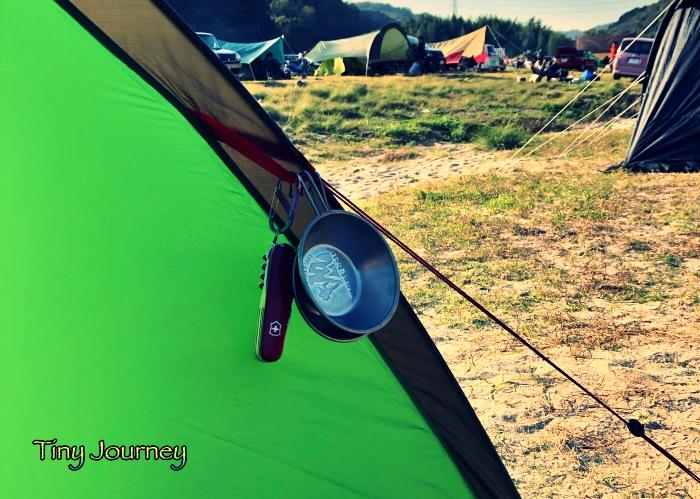テントに引っ掛けたシェラカップとマルチツール