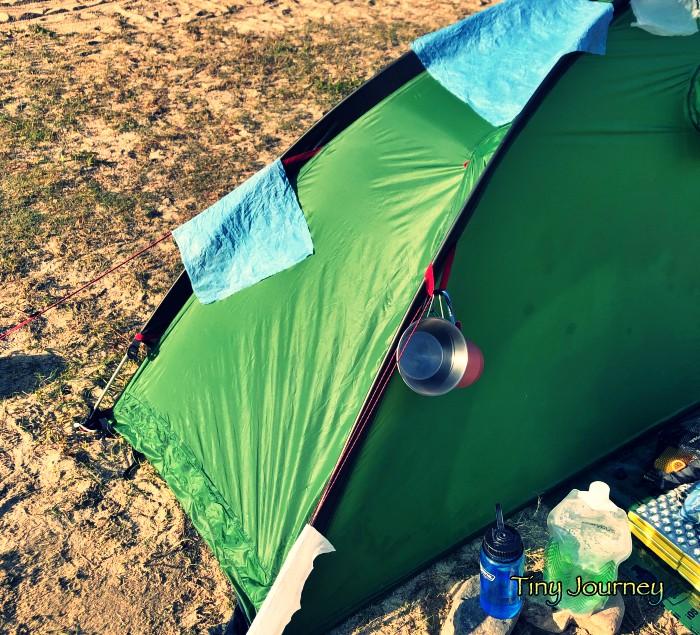 吸水ペーパーをテントに引っ掛けて干している様子