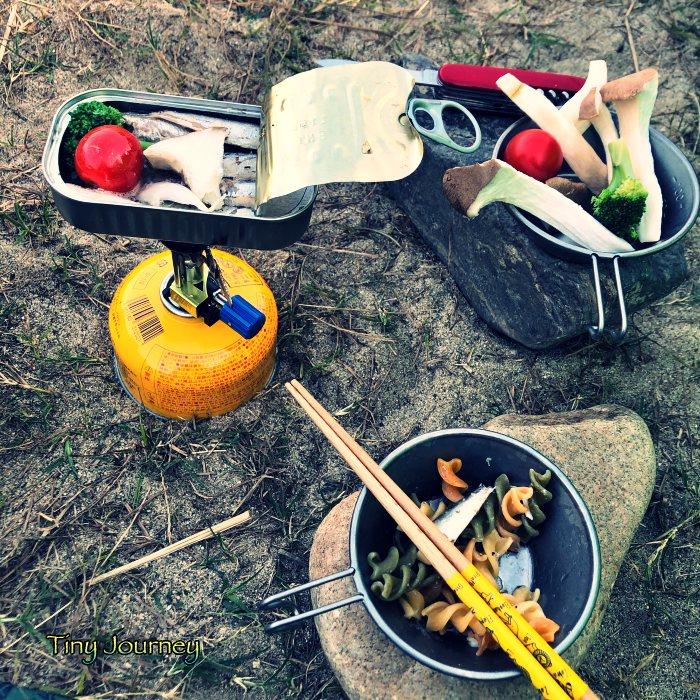 アヒージョのあるキャンプの食卓