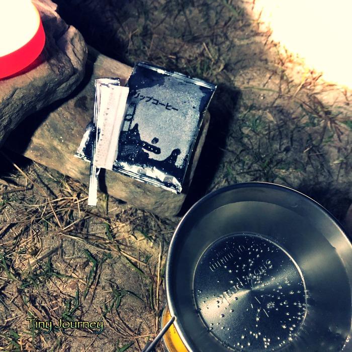 結露した袋とお湯を沸かすシェラカップ
