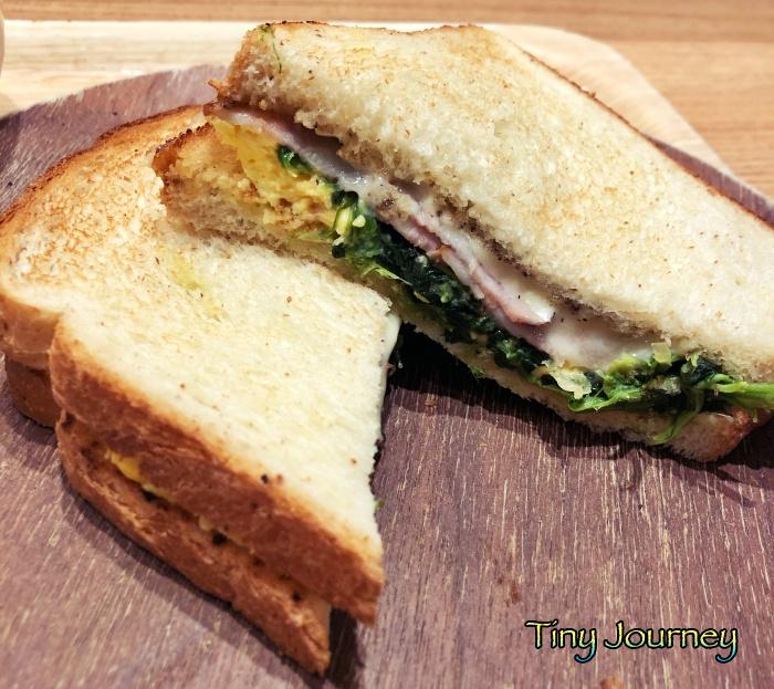 ベーコン、チーズ、ほうれん草、たまごのトーストサンド
