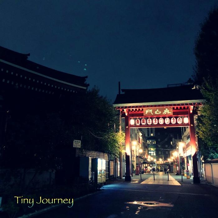 夜の商店街の入口