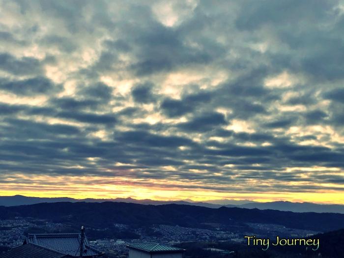 日の出前の空と山の境目
