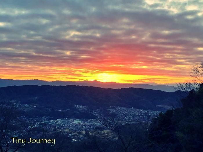 強い光が出てきた曇り空と山の隙間