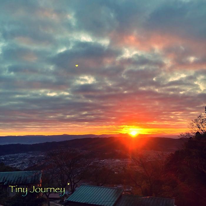 曇り空と山の隙間からの日の出