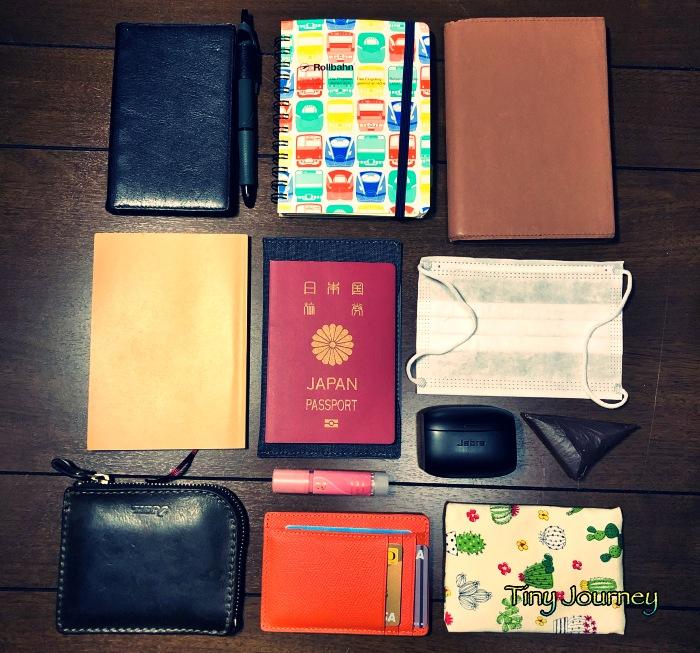 手帳や文庫本とパスポートや財布などバッグの中身