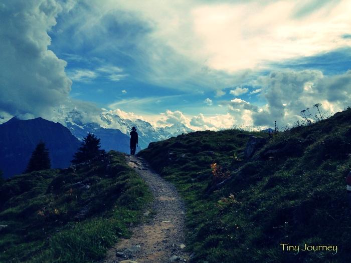ひたすら歩く道と山と空