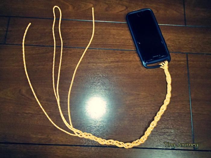 コードで編んだストラップとiPhone