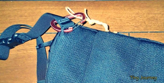 コードを収納した場合にバッグの外に残るカラビナとコードの一部