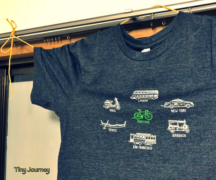 ヒモを使って干したTシャツ