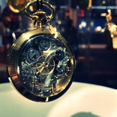 歯車が緻密に組み込まれた時計