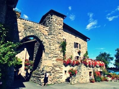 花と石づくりの可愛い家