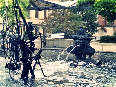 公園の池に設置されたティングリーのパブリック・アート