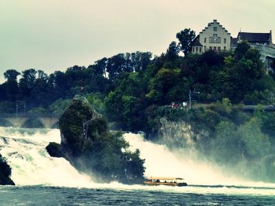 ライン川と名物の水量の多い滝